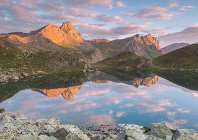 Il Lago Nero riflette le montagne che lo circondano